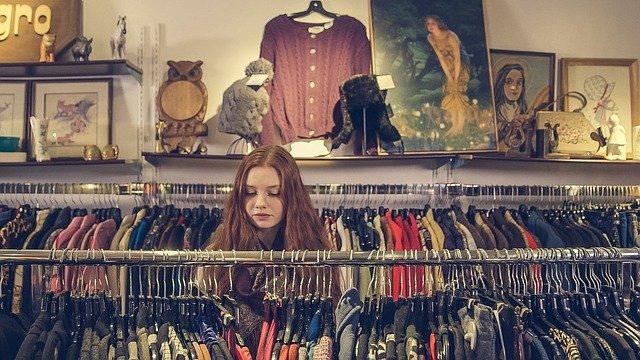 Dresy z lampasami – sposób na modny wygląd i wygodę na najwyższym poziomie